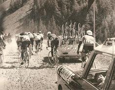 Tour de France 1967. 10-07-1967, 10^Tappa. Divonne les Bains - Briançon. Route de la Maurienne. Si riconoscono, di spalle in coda al gruppo, Jesus Aranzabal (1939) n.91, Louis Pfenninger (1944) n.75 e Fernand Etter (1941-1997) n.112 [Miroir du Cyclisme] (www.cyclingpassions.eu)