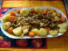 1 kg de moelas  - 1 tomate grande picadinho  - 1 cebola picadinha  - 1 maço de salsa picadinha  - 1 maço de cebolinha picadinha  - 1 colher de sopa de ervas finas  - 3 dentes de alho amassadinhos  - 2 colheres de sopa de azeite  - 1/2 copo de vinho tinto misturado com 2 copos de água  - Sal e pimenta (opcional) a gosto  - 3 batatas grandes cortadas em pedaços não muito pequenos  - 2 cenouras grandes cortadas em cubos não muito finos  - 1 lata de milho verde ( sem caldo)  -