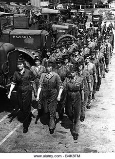 Women of the ATS who repaired army vehicles at a REME workshop during 1944 - Stock Image Ww2 Women, Military Women, Military Art, Home Guard, Military Careers, Hero's Journey, Army Vehicles, Female Soldier, Second World