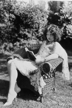 The story of Clara Bow, the original It girl, is a tales of triumph over adversity. Popular Actresses, Classic Actresses, Hollywood Actresses, Actors & Actresses, Classic Movies, Old Hollywood Stars, Golden Age Of Hollywood, Classic Hollywood, Hollywood Divas