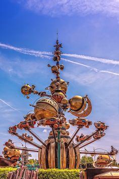Orbitron ride in Discoveryland, Disneyland Resort Paris - June Disneyland Tomorrowland, Disneyland Rides, Disneyland World, Disney Rides, Vintage Disneyland, Disney Parks, Attractions Disneyland, Disney Land, Disneyland Resort