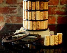 ¿Te has preguntado qué hacer con todos sus corchos de vino? ¿Usted siempre ha querido reciclar o reutilizar sus corchos de vino viejo y darles un nuevo propósito en algo divertido, interesante y memorable?  Mi nuevo proyecto de carpintería es realmente un juego para usted, es un florero DIY (Do It Yourself) de sus corchos de vino favoritos. El kit viene con cuatro anillos de madera hecha a mano con clavos incrustados. Usted tendrá que empujar sus corchos de vino en cada clavo. Cualquiera…