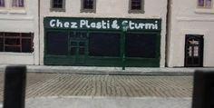 """Bienvenu chez Plasti & Sturmi. Die beiden Schöpfer des Dioramas """"Saint-Aubin-Sur-Mer"""" haben sich erlaubt, sich an der Strandpromenade mit einem Bistro zu verewigen. Immer herein mit den Gästen. Bei Plasti & Sturmi ist man willkommen und auf den Pastis muss man nie lange warten."""