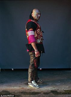 Wellington-born and New York-based photographer Jono Rotman spent the past eight years familiarizing himself with New Zealand's largest mob gang – the Mighty Mongrel Mob. Cyberpunk, Thai Tattoo, Poses For Photos, Cool Photos, Amazing Photos, Mongrel, Irezumi Tattoos, Lehenga Choli Online, Face Tattoos