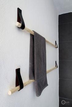 IDEAS DE BRICOLAJE PARA EL CUARTO DE BAÑO - Colgador de toallas con palos de madera:  Un proyecto original y muy económico: solo necesitarás un viejo cinturón de cuero, 2 palos de madera y unos cuantos tornillos y taquetes.