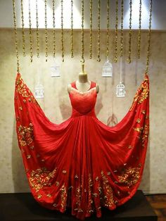 57 ideas clothes design store boutiques visual merchandising for 2019 Clothing Boutique Interior, Boutique Decor, Boutique Design, Bridal Boutique, Boutique Stores, Outfit Essentials, Visual Merchandising, Boutique Window Displays, Display Window