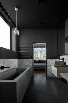 Fischgrätmuster Schwarzes Badezimmer Fliesen Wand Beton Badewanne Modern  #bathroom #style