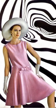 Nina Ricci, photo by José Dworkine, 1965 Seventies Fashion, 1960s Fashion, Pink Fashion, Colorful Fashion, Fashion Prints, Love Fashion, Autumn Fashion, Vintage Fashion, Fashion Outfits