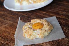 Wauw, de smaak van dit recept is echt fantastisch. Fluffy, luchtig maar vooral verrassend lekker. En het mooie is dat je maar vier ingrediënten en een oven nodig hebt om deze luchtige ei wolkjes te maken. Ingrediënten (voor drie wolkjes)  3 eieren 25 gram geraspte kaas naar keuze (bv. 20+ kaas) 25 gram gerookte kipfilet Oregano (of andere kruiden)  Voedingswaarden per wolkje  Energie: 133 kcal Eiwit: 12 gram Vet: 9 gram Koolhydraten: 1 gram  Bere