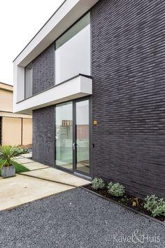 Moderne woning met strakke rechte lijnen Garage Doors, Outdoor Decor, Modern, Room, Home Decor, Bedroom, Trendy Tree, Decoration Home, Room Decor