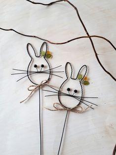 Velikonoční zajíček - zápich / Zboží prodejce Nanele | Fler.cz Wire Crafts, Metal Crafts, Diy And Crafts, Wire Ornaments, Twisted Metal, Wire Art, Diy Projects To Try, Wire Wrapped Jewelry, Easter Crafts