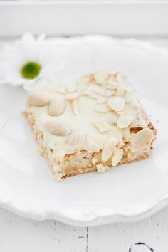 Mazurek marcepanowy z białą czekoladą