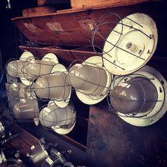 Prachtige voorraad oude vintage industriële lampen én meubelen bij Oldwood in Midwoud!