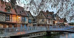 Cosa vedere ad Amiens, la città della cattedrale, di Saint-Leu e di Verne! Saint Leu, Cabin, House Styles, Design, Architecture, Cabins, Cottage, Wooden Houses