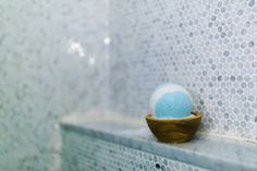 Instead of buying the expensive Lush bath bombs, use these instead. They are easy to make and are the perfect bath bomb. Bath Bomb Molds, Lush Bath Bombs, Holiday Photography, Popular Photography, Easy Arts And Crafts, Bath Fizzies, Simple Art, Photography Tutorials, Food Coloring