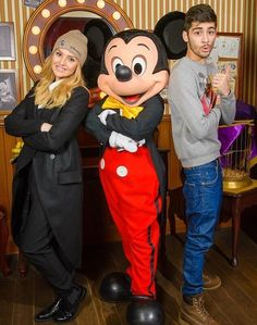 Zayn Malik and Perrie Edwards at Disneyland Paris: Zerrie pose with Mickey! One Direction Zayn Malik, Members Of One Direction, I Love One Direction, Perrie Edwards, Zayn Perrie, One Direction Girlfriends, Cutest Couple Ever, Midnight Memories, Disneyland Paris