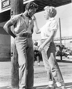 Marilyn Monroe feeding Keith Andes a chocolate bar on set of Clash by Night, Fritz Lang. Marilyn Monroe Quotes, Marylin Monroe, Old Hollywood Stars, Classic Hollywood, Disney Tangled, Disney Magic, Fritz Lang, Cinema, Hilario