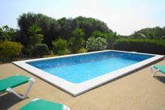 Belle maison de campagne avec piscine privée entourée d'une terrasse et jardin.