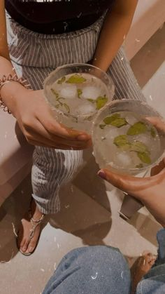 Cool Instagram Pictures, Creative Instagram Photo Ideas, Cool Girl Pictures, Girl Photos, Instagram Party, Mood Instagram, Instagram And Snapchat, Alcohol Aesthetic, Aesthetic Movies
