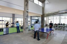 50075deb28ba0d33c5000042_atlassian-offices-studio-sarah-willmer_20_studio_sarah_willmer_atlassian_offices_sandwich_island_play_area_kitchen_beyond.jpg (1280×853)