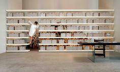 #déguisementarchiviste Une bibliothèque flottante réalisée avec des étagères ou des éléments 36e8 suspendus sur des plaques de verre. L'imposante épaisseur des étagères et le volume des éléments contrastent avec la légèreté de la structure portante en verre et inversent l'ordre normal des facteurs. La bibliothèque Air est biface et peut donc même être positionnée au centre d'une pièce.  #lago #design #bibliothèqueair #étagère #storage #couleur #legereté #blanc
