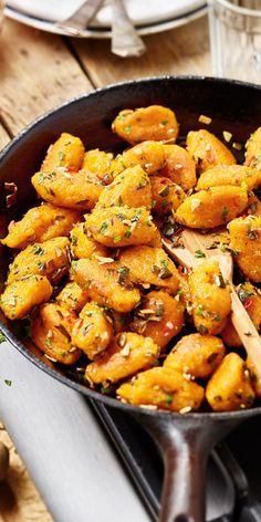 Immer nur Kürbissuppe wird auf Dauer langweilig? Dann haben wir eine tolle Rezeptidee für dich: Kürbisgnocchi. Kombiniert mit köstlichem Kürbiskernöl und Kürbiskernen entsteht ein tolles Gericht, das hervorragend zu Möhrensalat passt.
