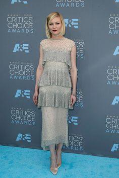 Kirsten Dunst con vestido plateado con volantes, de Chanel.