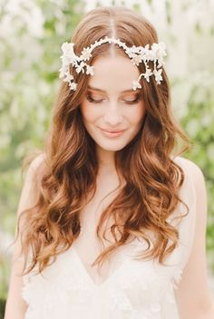 If you have ultra-long hair, you won't miss the romantic curls. Romantic curls can be worn by brides, bride maids and other distinguished guests. The hair can bring a romantic and pretty look, so. Long Bridal Hair, Bridal Hairdo, Curly Wedding Hair, Long Hair Wedding Styles, Bridal Headpieces, Trendy Wedding, Bride Hairstyles For Long Hair, Indian Bridal Hairstyles, Wedding Hairstyles For Long Hair