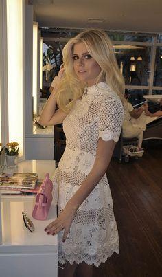Loiro da Lala Rudge e o look lindo com vestido branco rendado e bolsa rosa.