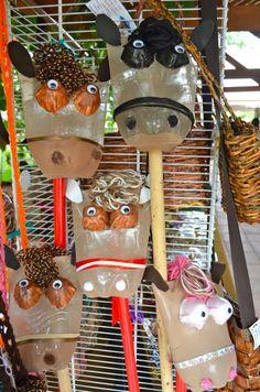 Estos caballitos de palo están hechos de botellas de plástico de refresco y con cartones de huevo. Reduce, reusa, recicla. Foto José E. Maldonado / www.miprv.com