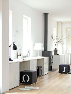 In deze woonkamer loopt een acht meter lange wand van de zithoek tot de eetkamer.