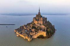 France, Manche (50), Baie du Mont-Saint-Michel, classée Patrimoine Mondial de l'UNESCO, le Mont-Saint-Michel, la grande marée du 21 mars 2015 (vue aérienne)  Date prise de vue : 21/03/2015 Crédit : LIOT Jean-Marie / hemis.fr