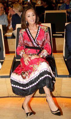 Mario Vargas Llosa presenta su nuevo libro en Madrid e Isabel Preysler le acompañó con un vestido-kimono que llamó la atención de los invitados, que no acostumbran a ver a la Preysler con este estilismo