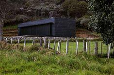 Storm Cottage von Fearon Hay Architekten in Great Barrier Island, Neuseeland Fachada Colonial, Sawn Timber, Green House Design, Modern Cottage, Cottage Design, House And Home Magazine, Architect Design, Sustainable Design, Modern Architecture