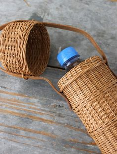 A chic way to carry your water bottle Flax Weaving, Bamboo Weaving, Willow Weaving, Paper Weaving, Basket Weaving, Hand Weaving, Bamboo Art, Bamboo Crafts, Bamboo Basket