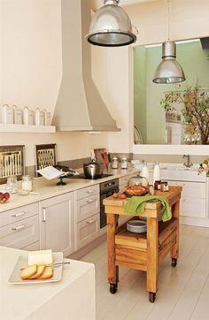 00349127. Cocina de estilo rústico con una mesa de madera en el centro a modo de isla_00349127