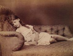 La chica en la foto con el pelo corto y el flequillo castaño es Alice Pleasance Liddell. Ella fue la inspiración para las aventuras de la inmortal Alicia en el país de las maravillas. Lewis Carroll