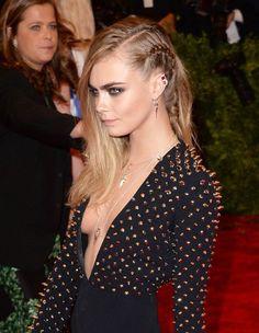 La tresse collée de Cara Delevigne - Les coiffures les plus folles à la soirée du Met - Elle. Cara Delevignr's braids.