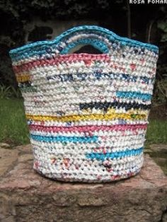 This plastic bag was made out of. Just by cutting used plastic bags into pieces you can crochet yourself this lovely basket. This website has a tutorial on it on how to do that Plastic Bag Crafts, Plastic Bag Crochet, Recycled Plastic Bags, Plastic Grocery Bags, Plastic Baskets, Crochet Purses, Plastic Spoons, Crochet Bags, Crochet Baskets