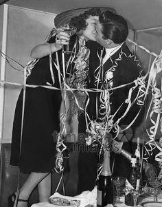 Neujahrskuss, 1939 Timeline Classics/Timeline Images #Feiern #Silvester #Neujahrsfeier #Neujahrstag #31.Dezember #Jahresende #Party #Brauchtum #historisch #schwarzweiß #historical #Nostalgie #nostalgisch #Partyoutfit  #vintage  #Kuss #küssen #Luftschlangen #Silvesterkuss #1930er #1930ies