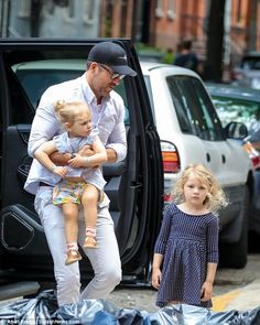 Ryan Reynolds is every inch the family man with Blake Lively Daddy's little girls! Ryan Reynolds doted on his daughters, Inez and James, while out in N. Blake Lively Ryan Reynolds, Ryan Reynolds Daughter, Ryan Reynolds Family, Blake And Ryan, Blake Lively Daughter, Blake Lively Family, Blake Lively Style, Blake Lively Pregnant, Blake Lively Makeup