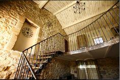 Un magnifique escalier desservant la cuisine et la salle à manger