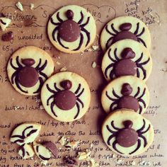 These Halloween Biscuits - Scrummy Spiders, are the perfect table top treat for a Halloween Party and are fun and simple to make with kids (of any age!)
