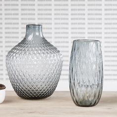 Vase haut en verre smocké bleu avec reliefs Hübsch