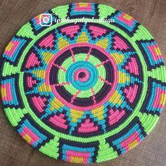 290 отметок «Нравится», 29 комментариев — Emine Aygün (@ipinhayalyolculugu) в Instagram: «Günaydın yeni bir siparişle bu defa tam yaz renkleriyle pırıl pırıl capcanlı bir wayuu mochilla…» Tapestry Crochet Patterns, Crochet Mandala Pattern, Crochet Circles, Knitting Designs, Knitting Patterns, Diy Crochet, Crochet Hats, Mochila Crochet, Willow Weaving