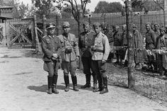1942 Russia, Kursk, Lieutenant Sunji Sasamoto, Japanese military photojournalist posing with a Hungarian officer, a soldier and a German officer / 1942, Russie, Koursk, Le lieutenant Sunji Sasamoto, photojournaliste militaire japonais posant avec un officier hongrois, un soldat et un officier allemand |