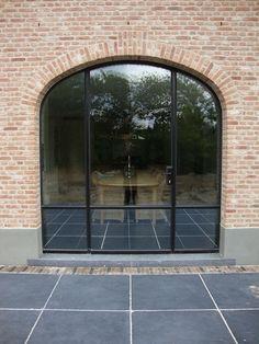 Buitenramen & Buitendeuren – New Ideas Barn House, House Exterior, House Inspiration, Windows And Doors, Future House, Modern Barn, Front Door, Garden Deco, Bow Window