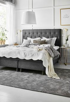 Nightstands, beds, side tables, cabinets or armchairs are some of the luxury bedroom furniture tips that you can find. Every detail matters when we are decorating our master bedroom, right? Luxury Bedroom Furniture, Home Bedroom, Interior Design Living Room, Bedroom Decor, Master Bedroom, Dining Furniture, Suites, Contemporary Bedroom, Luxurious Bedrooms