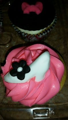 A girl's best friend! Shoes, bags and bows cupcakes.