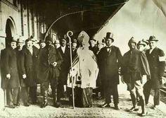Sinterklaas, Zwarte Pieten en burgers op het perron van het station in Weert. ( 1920 )